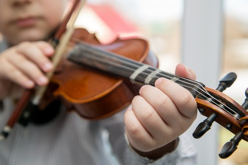 child hands playing the violin